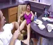 Après le dîner sa belle-mère lui donne une branlette avec les pieds