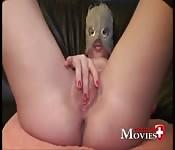 Une amatrice masquée en pleine masturbation
