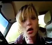 Pipe d'une blonde dans une voiture