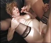 Belle mère mature se fait sauter en gang bang.