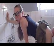 Baise surprise dans la salle de bain