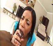 Jolie noire sur une bite black géante