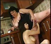 Grosse mamie se fait bander les yeux par lesbienne coquine.