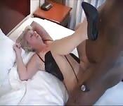 Une blonde avec de gros seins profite d'une grosse bite noire