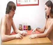 Un jeu de cartes qui se termine en baise