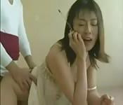 Il baise une chinoise qui téléphone