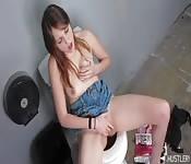 Elle se masturbe dans les toilettes d'un resto