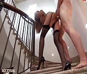 Une belle blonde baisée dans les escaliers