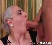 Mamie suce une grosse bite