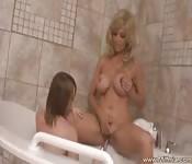 Deux belles lesbiennes dans la baignoire