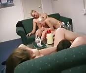 Deux couples s'offrent une orgie