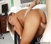 Une belle blonde baisée au bureau