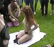 Exhibition et masturbation d'une jolie rousse en public