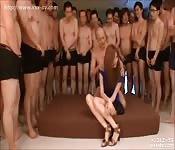 Jolie Japonaise prise en gangbang