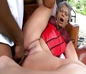 Mamie se prend une grosse bite noire