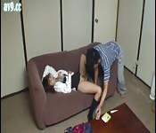Une écolière japonaise endormie