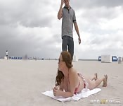 Il la drague à la plage