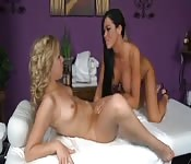 Blonde tatouée et sa masseuse lesbienne