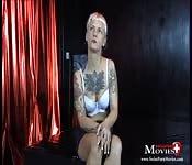 Une blonde tatouée et très soumise