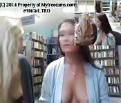 Deux coquines profitent de sexe lesbien dans une boutique