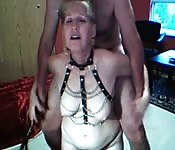 Deux vieux se filment dans leur sous sol BDSM.