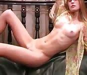 Blonde sexy nous taquine