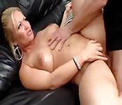 Une blonde au gros cul se fait défoncer