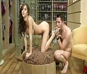 Une brune se fait lécher les pieds et baiser