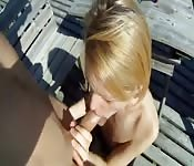 Du sexe au bord de l'eau pour cette blonde