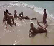 Partouze lesbienne à la plage
