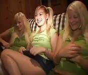 Deux jumelles dans un plan à trois lesbien