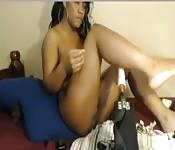 Jolie Black baise son gode machine en webcam