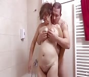 Baiser sa belle-mère dans la salle de bain