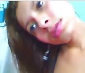 Jeune écolière mouille devant sa webcam