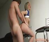 Petite teen brésilienne prise dans les fesses