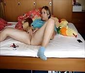 Elle se masturbe seule dans sa chambre