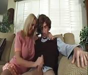 Jolie blonde branle une bite interdite