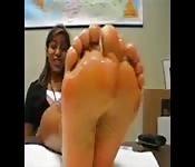 Latina aux pieds trop sexy