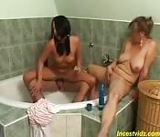 En famille dans la salle de bain
