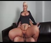 Une mère blonde avec de gros seins se fait démonter