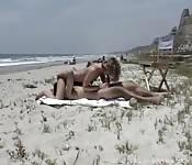 Baise en public sur la plage