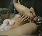 MILF blonde vintage enculée par une grosse bite black