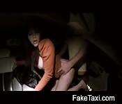 Baisée en levrette dans la voiture