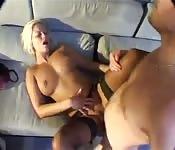 Baise chaude pour une blonde aux très beaux seins