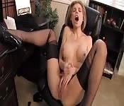 Milf blonde se masturbe dans son bureau
