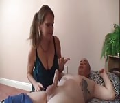 Une mère mature s'occupe de la bite de son fils