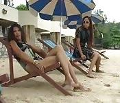 Deux latinas au bord de l'eau