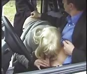 Baise en voiture avec deux salopes françaises