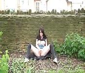 Une brune s'exhibe en plein air et en publique