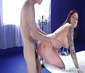 Une jolie brune tatouée et baisée dans la baignoire